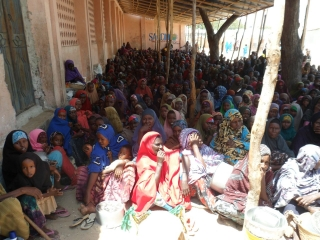 IDPs queue for food (file photo)