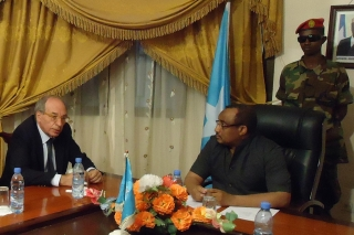 Mantica (left) meets PM Abdiweli